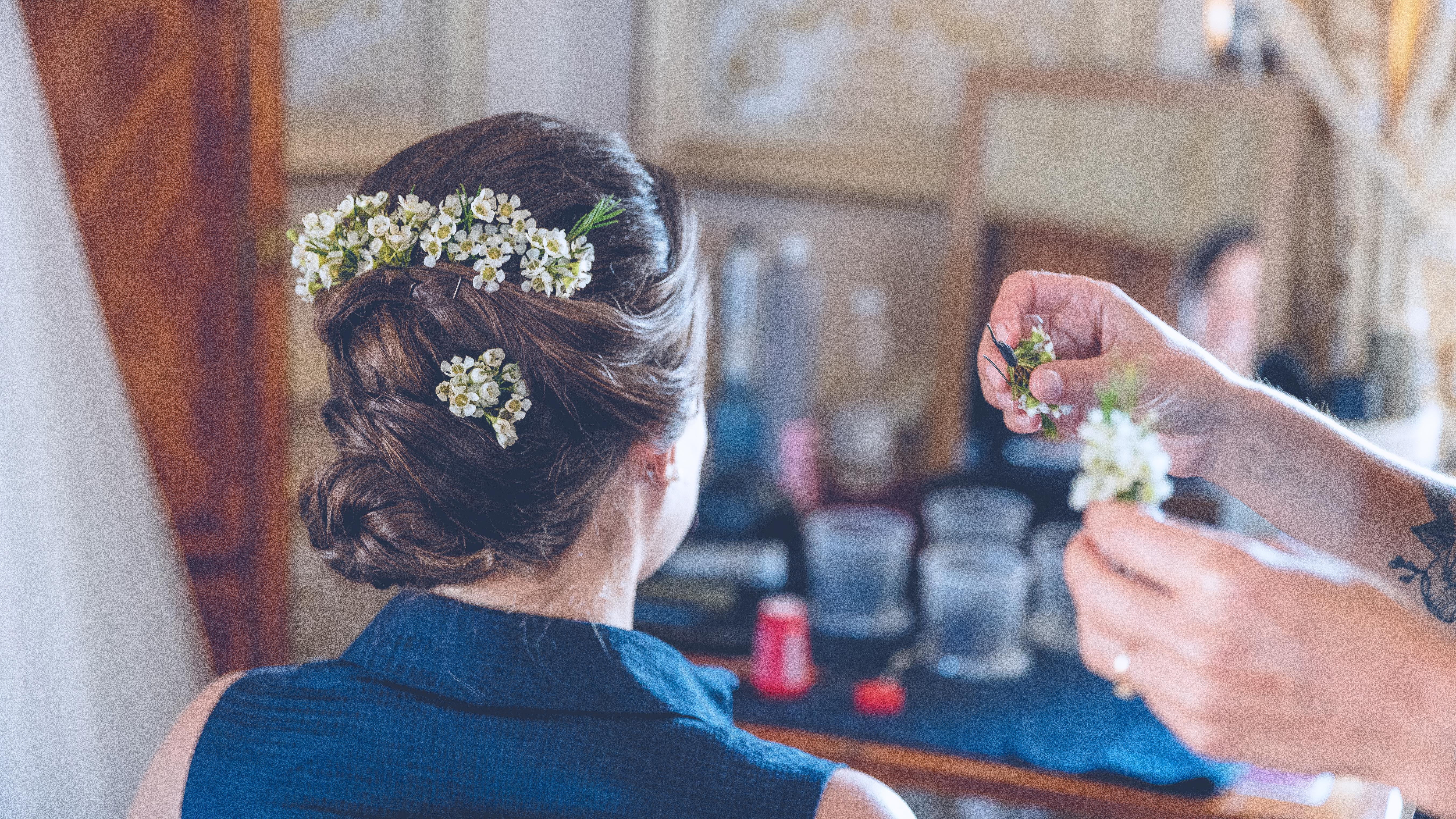 preparatif-mariee-chateau-pape-clement-mariage-tristan-perrier